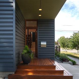 Moderne Haustür mit Einzeltür und hellbrauner Holztür in Seattle