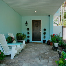 Tropical Entry by Lendry Homes