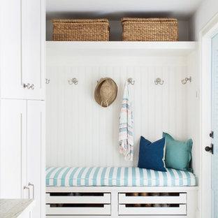 Idee per un ingresso con anticamera costiero di medie dimensioni con pareti bianche, pavimento in marmo e pavimento bianco