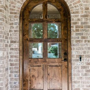 Inspiration för en stor vintage ingång och ytterdörr, med tegelgolv, en enkeldörr, mellanmörk trädörr och brunt golv