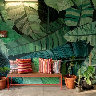 Exotisk inredning av en mellanstor foajé, med flerfärgade väggar och beiget golv