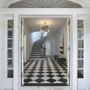 ニューヨークの中サイズの両開きドアコンテンポラリースタイルのおしゃれな玄関ドア (白い壁、大理石の床、白いドア、マルチカラーの床) の写真