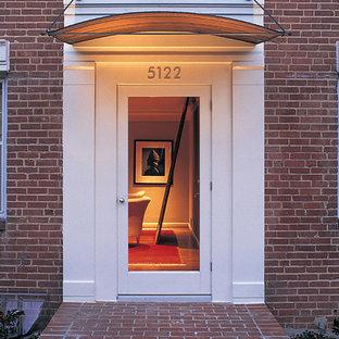Esempio di una porta d'ingresso minimal con una porta singola e una porta in vetro