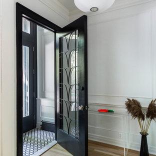 Foto di un piccolo ingresso con vestibolo contemporaneo con pareti bianche, parquet chiaro, una porta singola, una porta nera e pavimento beige
