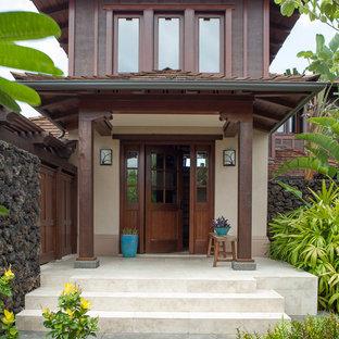 Esempio di un ingresso o corridoio tropicale di medie dimensioni con pareti beige, una porta singola e una porta in legno scuro