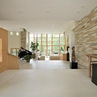 Modern inredning av en stor foajé, med beige väggar, kalkstensgolv, en dubbeldörr och metalldörr