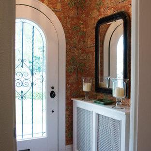 ミルウォーキーの小さい片開きドアアジアンスタイルのおしゃれな玄関ロビー (マルチカラーの壁、テラコッタタイルの床、ガラスドア) の写真