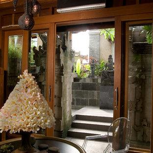 他の地域のトロピカルスタイルのおしゃれな玄関の写真