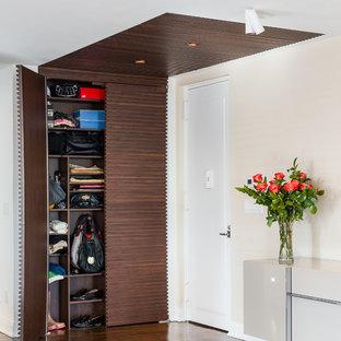 Ispirazione per un ingresso o corridoio minimal con pareti bianche