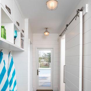 Foto de vestíbulo posterior marinero, de tamaño medio, con paredes blancas, suelo de baldosas de porcelana, puerta simple, puerta blanca y suelo gris