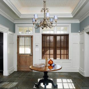 ボルチモアのトラディショナルスタイルのおしゃれな玄関 (青い壁) の写真