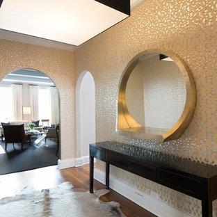 Inspiration pour un hall d'entrée design de taille moyenne avec mur métallisé et un sol en bois brun.