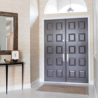 Inredning av en klassisk liten foajé, med metallisk väggfärg, klinkergolv i porslin, en dubbeldörr, en brun dörr och vitt golv