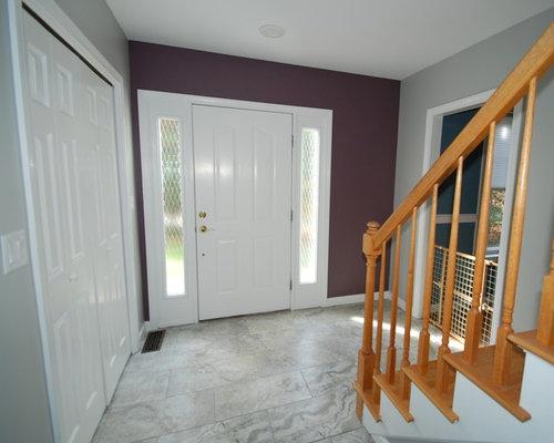 Hall d 39 entr e avec un sol en carrelage de c ramique et un mur violet ph - Amenagement hall d entree maison ...