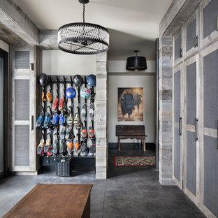Ispirazione per un ingresso con anticamera stile rurale con una porta singola, pareti bianche, una porta in vetro e pavimento grigio