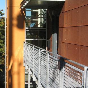 Ejemplo de puerta principal urbana, de tamaño medio, con parades naranjas y puerta simple