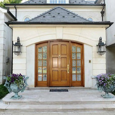 Traditional Entry by Manley Building Organization Inc.