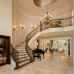Inspiration för mellanstora klassiska foajéer, med beige väggar, travertin golv, en enkeldörr, mörk trädörr och beiget golv