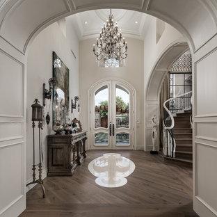 Idee per un ampio ingresso stile shabby con pareti bianche, parquet scuro, una porta a due ante, una porta bianca e pavimento multicolore