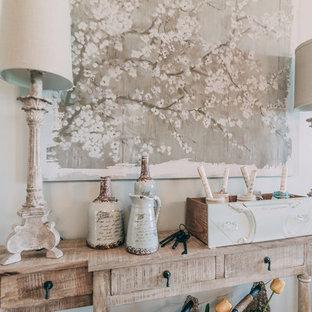 Cette photo montre un hall d'entrée romantique de taille moyenne avec un mur gris et un sol en bois foncé.