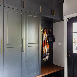 Inspiration pour une entrée marine de taille moyenne avec un vestiaire, un mur gris, un sol en carrelage de porcelaine, une porte simple, une porte grise et un sol multicolore.