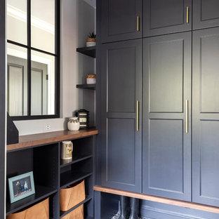 Idéer för att renovera ett mellanstort maritimt kapprum, med grå väggar, klinkergolv i porslin, en enkeldörr, en grå dörr och flerfärgat golv