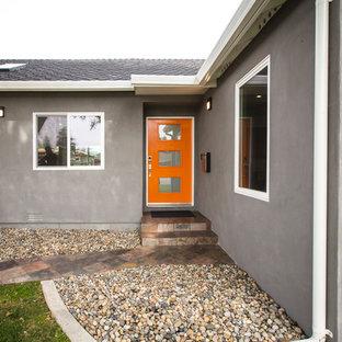 Foto på en mellanstor funkis ingång och ytterdörr, med en orange dörr, grå väggar, skiffergolv, en enkeldörr och flerfärgat golv