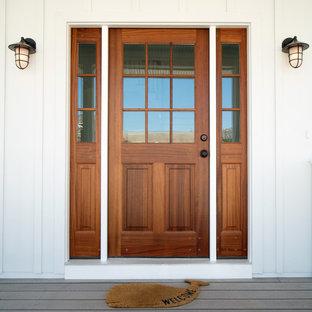 Foto de puerta principal marinera, de tamaño medio, con puerta corredera y puerta de madera en tonos medios