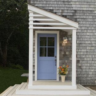Idéer för att renovera en vintage entré, med grå väggar, ljust trägolv, en enkeldörr och en lila dörr
