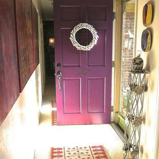 Immagine di un piccolo ingresso o corridoio chic con una porta singola e una porta viola
