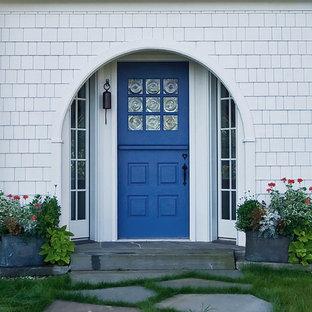 Imagen de entrada clásica con puerta azul