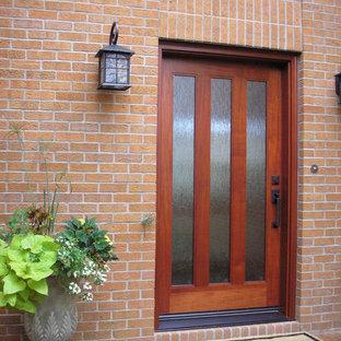 Ejemplo de puerta principal minimalista, de tamaño medio, con paredes rojas, puerta simple y puerta de madera en tonos medios