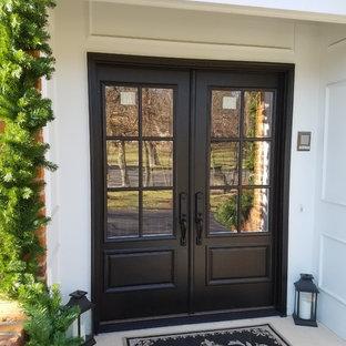 Foto de puerta principal mediterránea con puerta doble y puerta negra