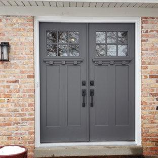 Modelo de puerta principal campestre con puerta doble y puerta gris