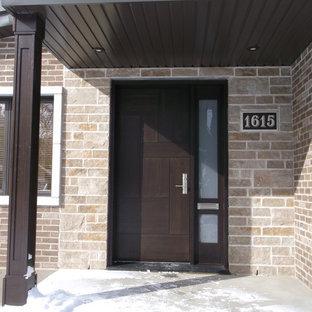 Ispirazione per una porta d'ingresso minimalista con una porta singola e una porta in legno scuro