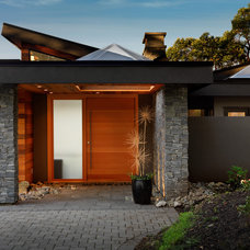 Contemporary Entry by Hemsworth Master Builders Inc.