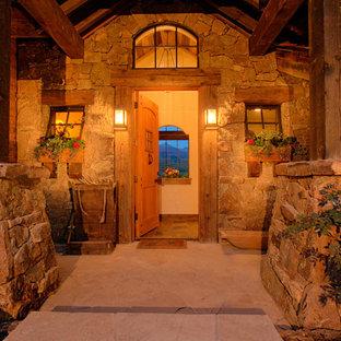 Foto på en medelhavsstil ingång och ytterdörr, med en enkeldörr och mellanmörk trädörr