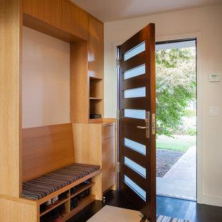 Modelo de distribuidor vintage, de tamaño medio, con puerta simple, puerta de madera oscura, paredes blancas y suelo de madera oscura