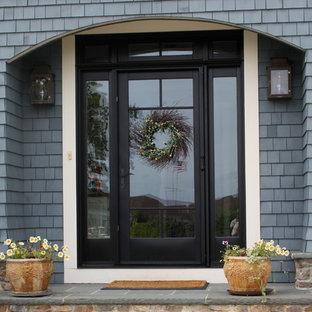 Diseño de puerta principal tradicional, de tamaño medio, con puerta simple y puerta negra