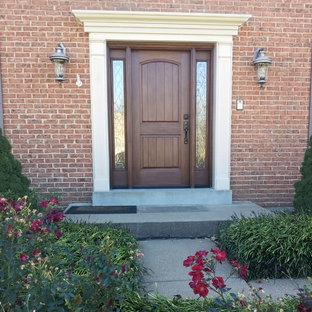 セントルイスの片開きドアサンタフェスタイルのおしゃれな玄関ドア (茶色いドア) の写真