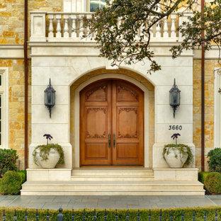 Cette photo montre une très grand entrée avec une porte simple et une porte en bois brun.