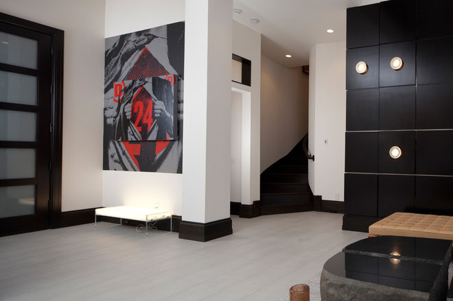 Modern Entry by Sunscape Homes, Inc