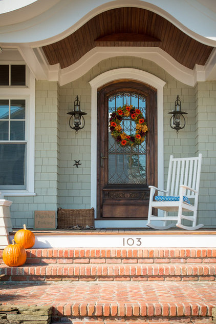 Beach Style Entry by CMM Construction Inc.