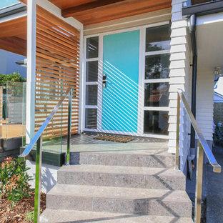 На фото: входная дверь среднего размера в классическом стиле с белыми стенами, полом из керамической плитки, одностворчатой входной дверью, синей входной дверью, серым полом, потолком из вагонки и деревянными стенами с