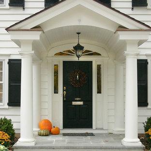 他の地域の中くらいの片開きドアトラディショナルスタイルのおしゃれな玄関ドア (白い壁、黒いドア) の写真