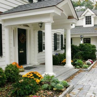 他の地域の中サイズの片開きドアトラディショナルスタイルのおしゃれな玄関ドア (白い壁、黒いドア、青い床) の写真