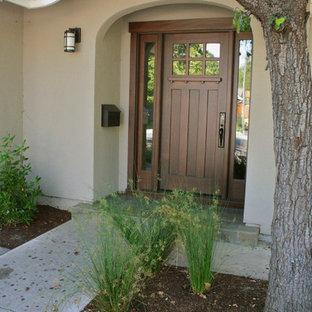 Rustikale Haustür mit Einzeltür und dunkler Holztür in San Francisco
