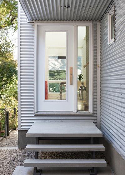 Contemporary Entry by Colizza Bruni Architecture Inc.