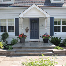 Traditional Entry by Green Roots Landscaping Inc