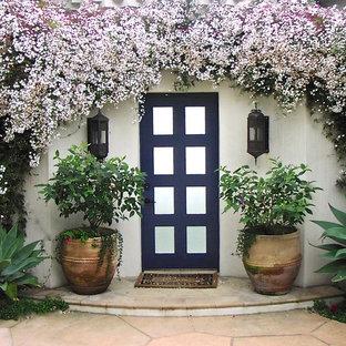 Exemple d'une porte d'entrée asiatique de taille moyenne avec une porte simple et une porte en verre.